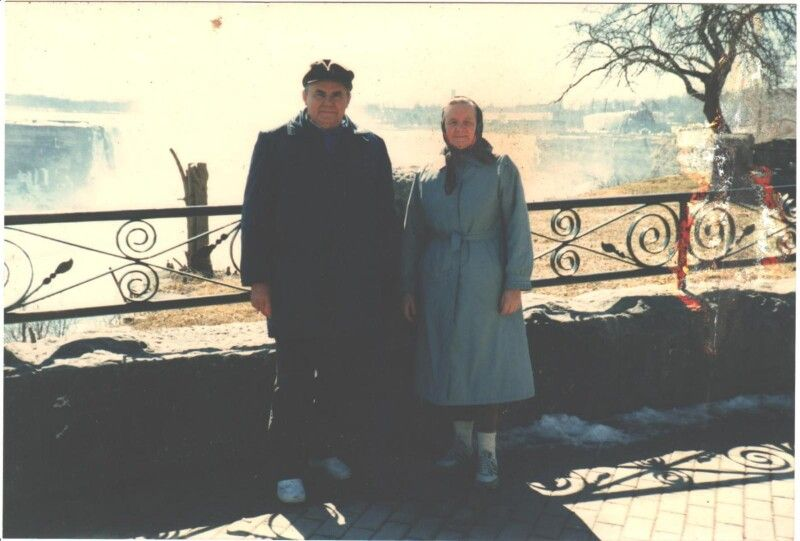 Марія Купріянівна із братом  Григорієм біля Ніагарського водоспаду під час гостин у Канаді.