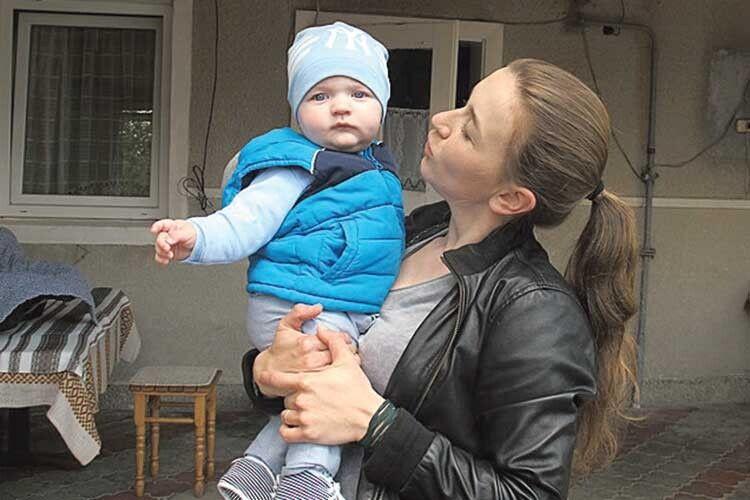Героїня виховує сина Макарчика. Згідно з довідкою він теж учасник бойових дій.