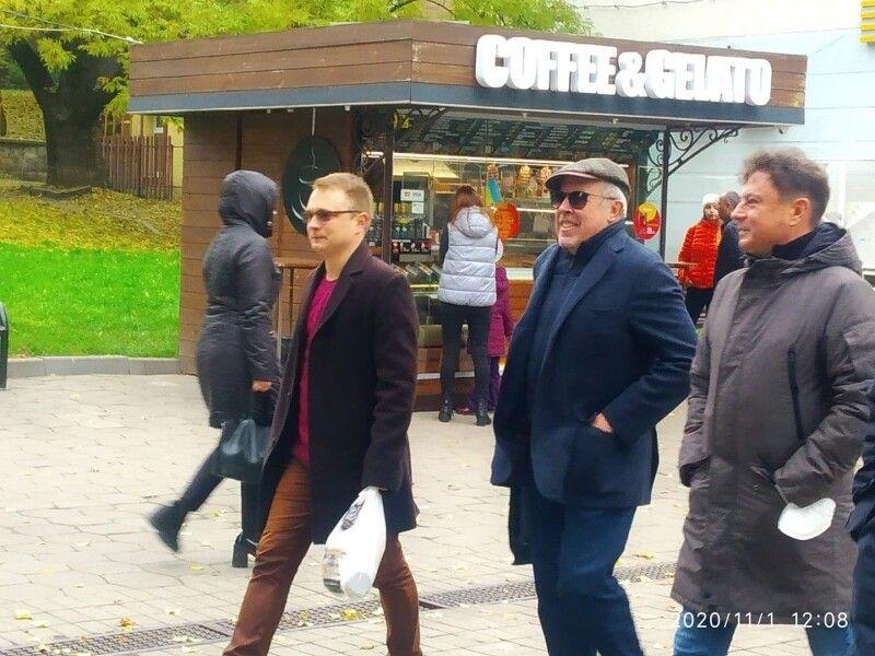 Андрій Макаревич прогулюється вулицями Луцька.