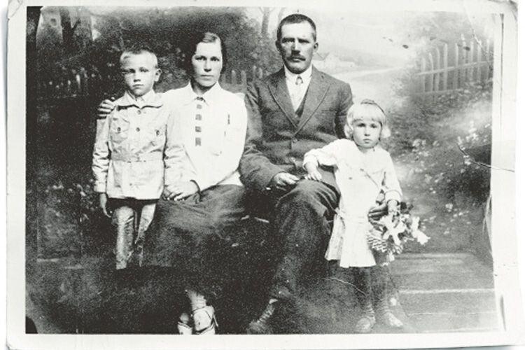 Маленька Тамара (праворуч) ізматір'ю Якиминою Іщук, батьком Іваном Ємчиком ібратом Ігорем. Фото 1929року.