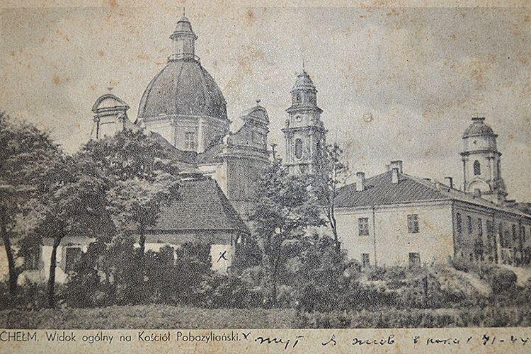 На давній листівці – православний собор у Холмі,  поруч з яким жили Лесюки.