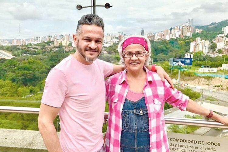 Археніс Браво, мама 48–річного кулінара, тепер часта гостя в Україні.  Нашу кухню вважає схожою на колумбійську, бо вона дуже ситна.