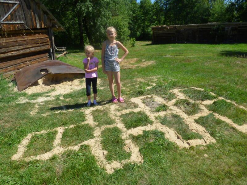 Внучки Кадир Еліна та Даша примудрилися навіть на траві «намалювати» класики.