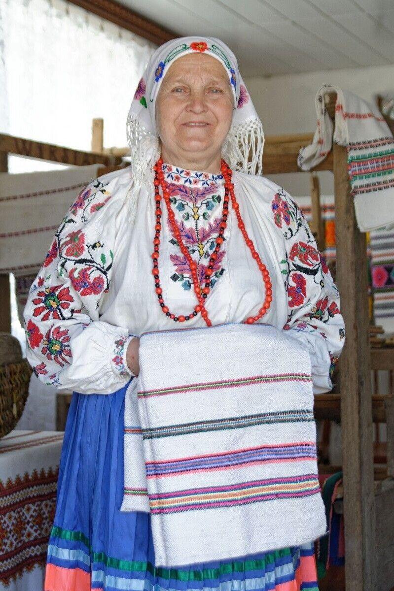 Бабуся ткала, мама ткала, Любов Іванівна тче, і, на жаль, на цьому, як каже жінка, ниточка старовинного ремесла обривається.