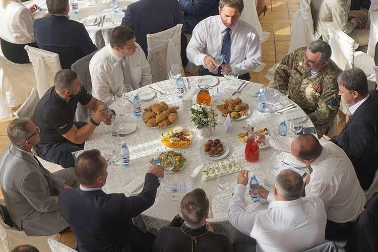 Розмови за сніданком у неформальній обстановці.  Нічого подібного на Волині раніше не було.