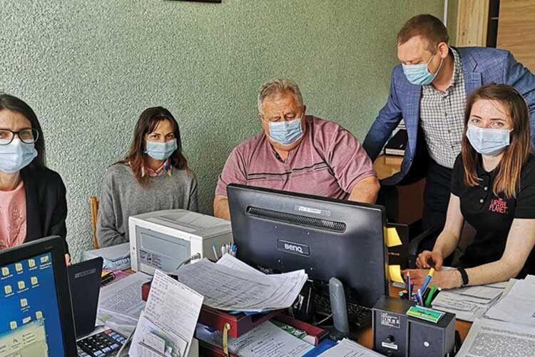 Координатор роботи з вакцинації від Covid19 в області Валерій Руцький (в центрі) та бойова команда його помічників — працівників обласного Центру громадського здоров'я.