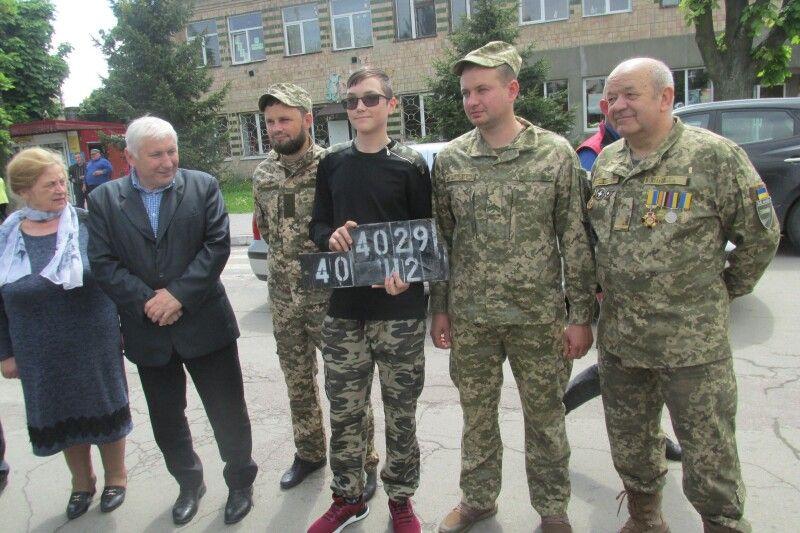 Представнику іваничівських гімназистів вручили номерні знаки від оновленого автомобіля.    Фото Алли ЛІСОВОЇ.