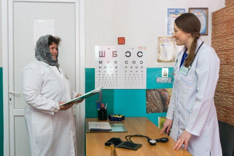 Завідувачка ФАПу Олена Кропива і молодша медсестра Віра Фіщук.