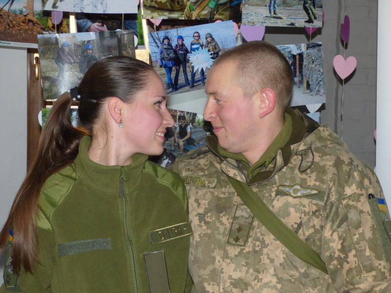 Ділові стосунки переросли уромантичні, азгодом дівчина також вирішила вдягнути військову форму.