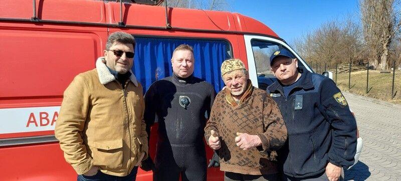 Рятувальники Сергій та Іван дістали з води скульптури.