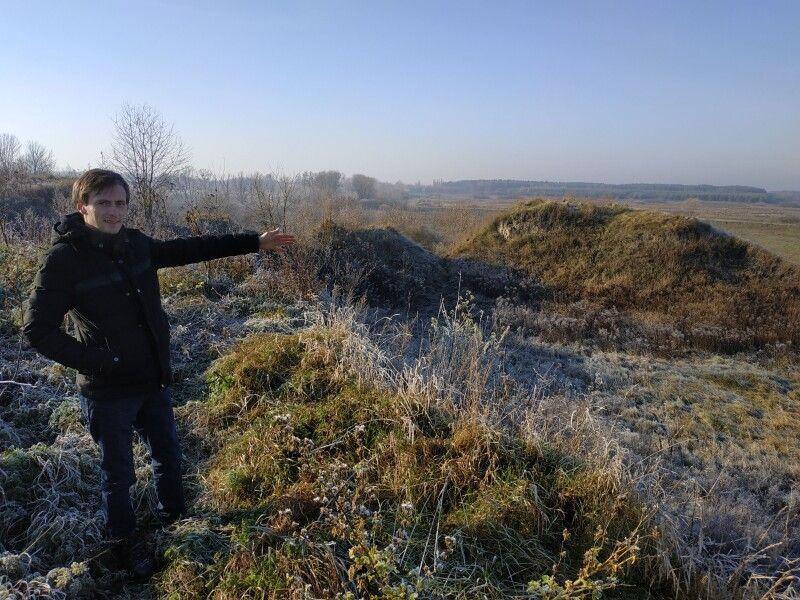 Співробітник Волинського краєзнавчого музею Тарас Верба показує городище, яке було зруйноване під час будівництва дороги.