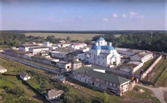 За часів незалежності України до 2010 року тут розташовувалась Шосткинська виправно-трудова колонія №66, де відбували покарання засуджені уперше за тяжкі злочини. Фото istpravda.com.ua.