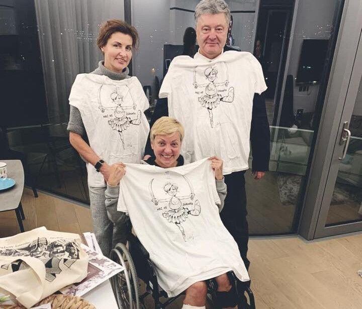 Порошенки подарували Валерії Гонтаревій футболку, на якій співак та художник Юрій Журавель намалював її в образі балерини, що танцює на одній нозі.