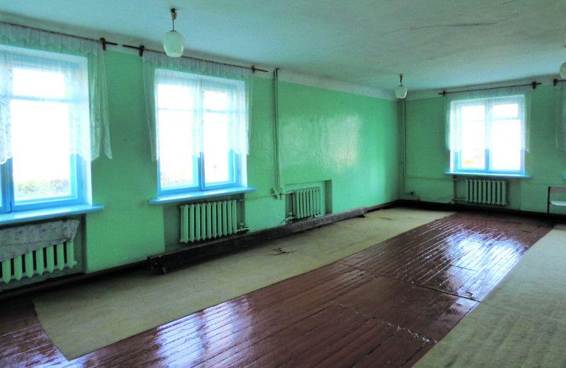 Ця кімнатка – спортзал закладу, у якому майже 700 дітей. І як тут займатися, скажіть? Навіть м'яча добре не кинеш.