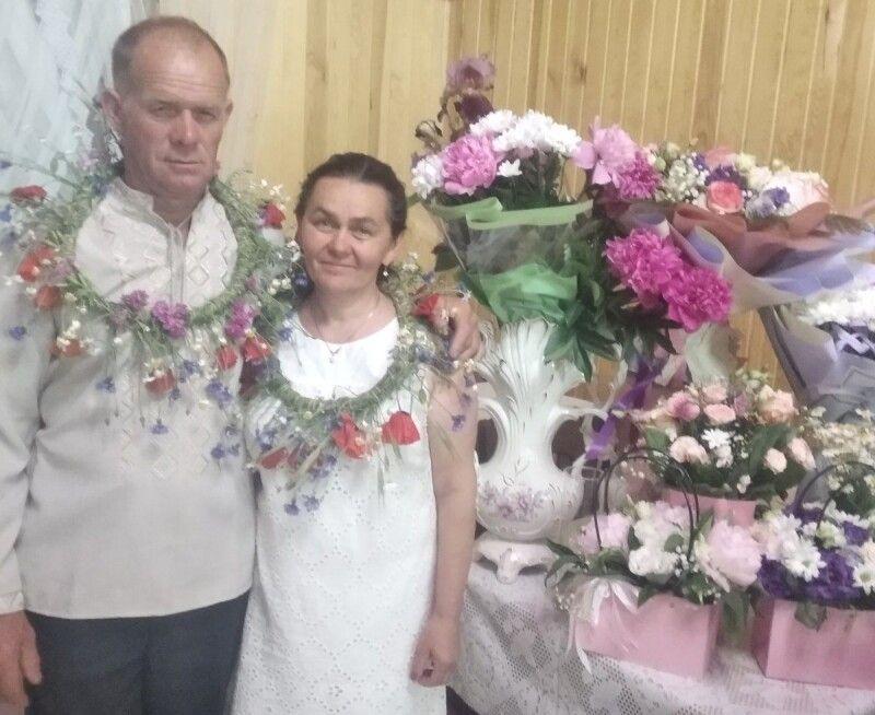 У день весілля наймолодшої доньки батькам одягли традиційні  вінки.