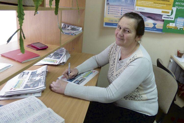 Лідія Петрівна –  листоноша, яка не тільки доставляє друковані видання передплатникам, а й любить їх читати.