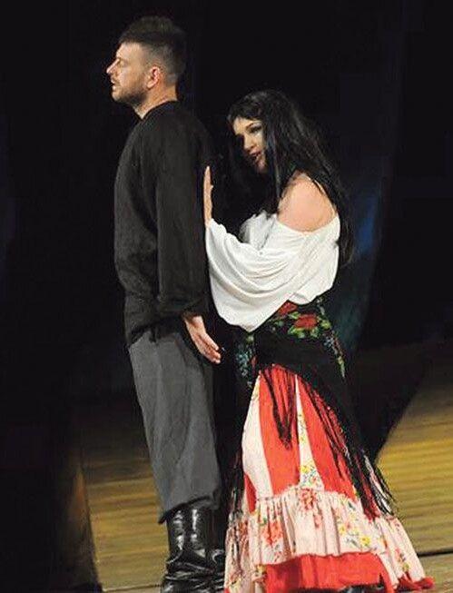 Під час вистави «Циганка Аза» акторам вдалося передати гарячий ромський темперамент.