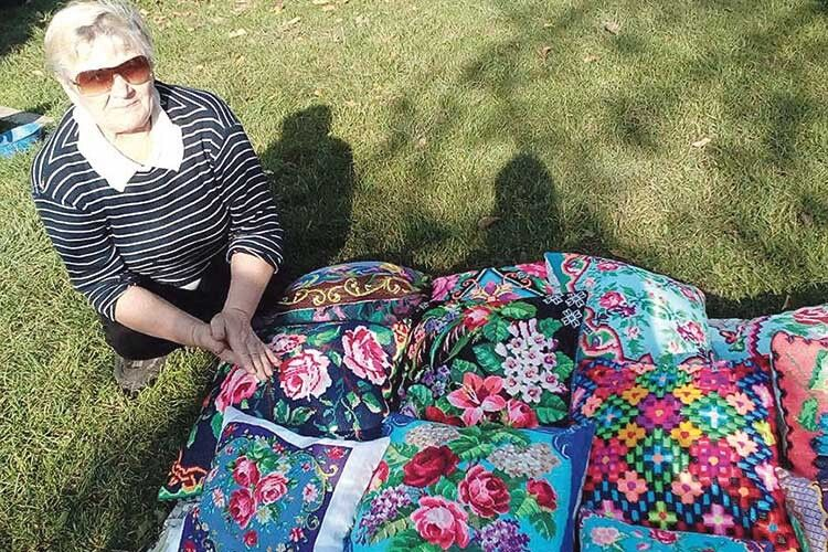 У Ніни Корнійчук квіти усюди: на клумбі, картинах,  подушках.