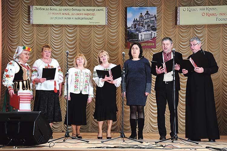 Церковний хор Храму Преображення Господнього Православної церкви України молитвою розпочав  ізакінчив презентацію.