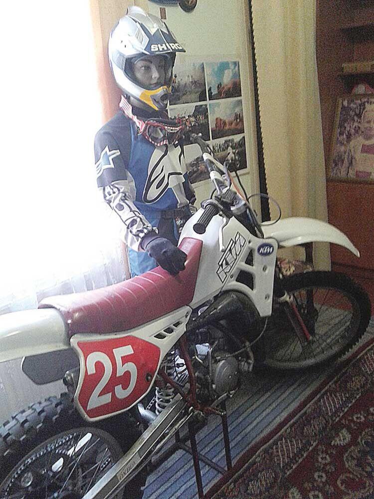 «А це той мотоцикл, який я сам зробив  для сина — він на ньому здобув чемпіонський титул і звання майстра спорту!»