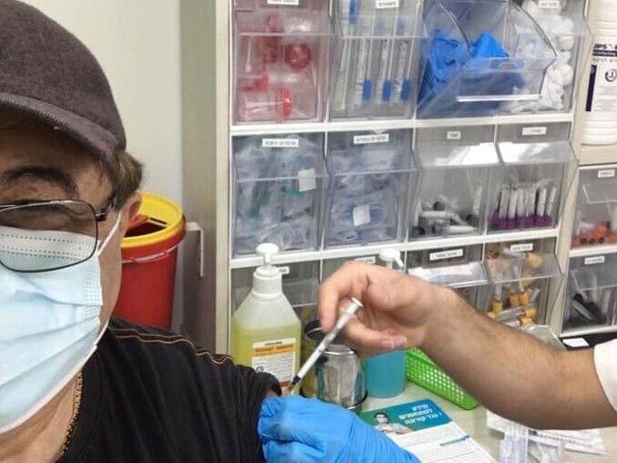 Екслучанин приймає щеплення. Фото з фейсбук-сторінки Дмитра Гершензона.