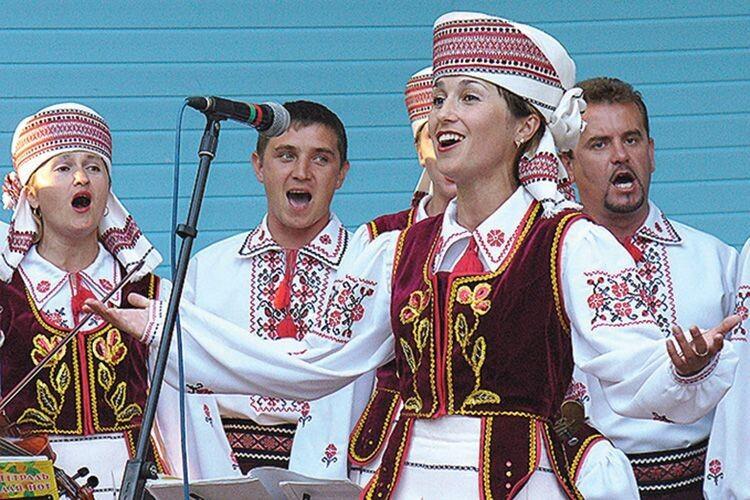 Солістка ансамблю Олена Козік співає в «Родоводі» з 2000-го.