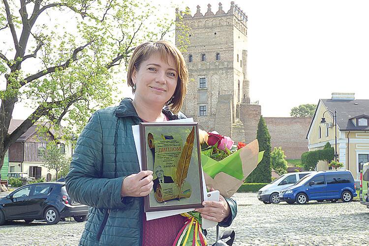 Олена Лівіцька стала першою, кому вручили премію імені Полікарпа Шафети навпроти Луцького замку.