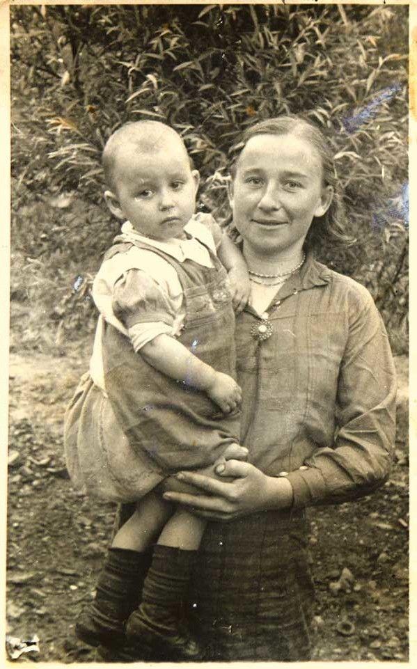 Дворічна дівчинка з мамою Тетяною Черняк в Магдебурзі у 1944-му.