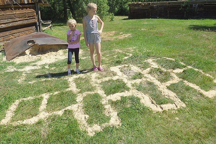 У дівчат задача: як ще цифри на траві написати?