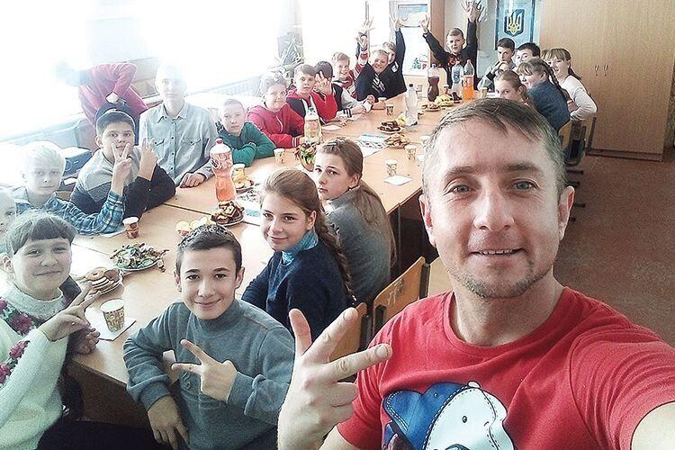 Неформальна виховна година у Рожищенській школі N2: атовець і волонтер Микола Габдулхаков під хіп-хоп розповідає про війну та про те,  що з кожного з нас починається країна.