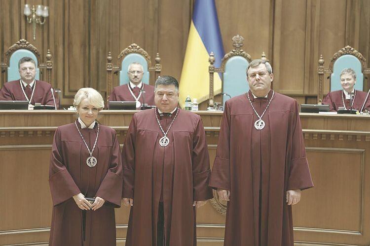 Судді Конституційного Суду Галина Юровська і Петро Філюк разом із головою КСУ Олександром Тупицьким (у центрі) під час церемонії складання присяги.