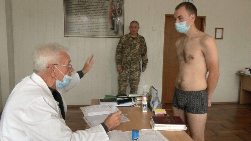 Голова обласної військово-лікарської комісії Анатолій Рудь розмовляє з призовником Романом Диксою, який вважає, що служити у Збройних силах – це престижно.