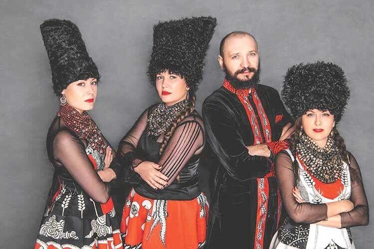 «ДахаБраха» використовує українські народні пісні, записані самими музикантами таїхніми колегами-фольклористами врізних регіонах України.
