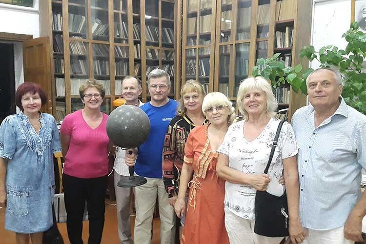 Микола Тищук поблизу своєї роботи і вколі друзів  зполтавського відділення Волинського братства.