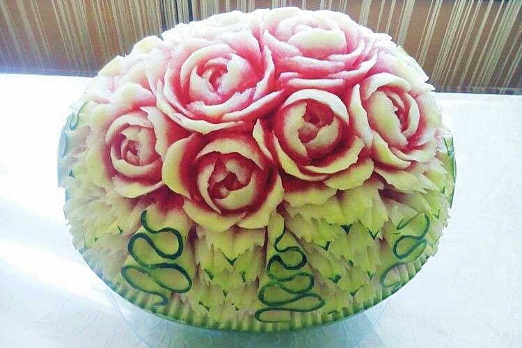 Троянди з кавуна не менш красиві та ефектні, аніж справжні. Але ще смачні  та ароматні!