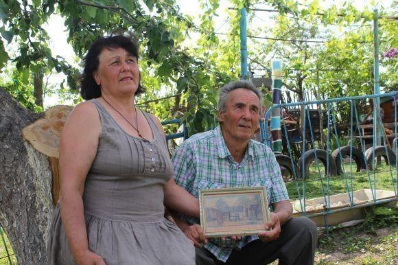Пан Андрій, навіть вирушаючи з дружиною Ніною на дачу, бере із собою дорогий серцю малюнок. Фото vn.20minut.ua.
