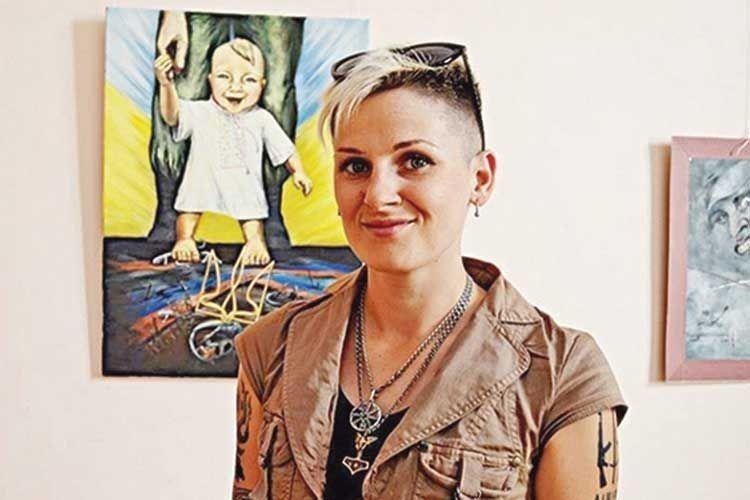 Повернувшись додому після тяжкого поранення, Дана вирішила показати Україні війну очима жінки–художниці.