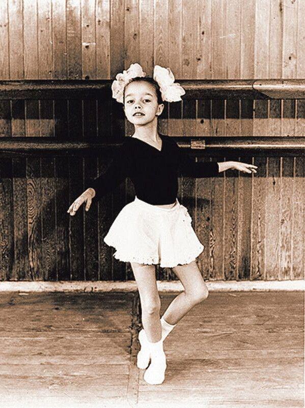 Удитячий садок майбутня балерина походила всього два дні. Забави зровесниками їйзгодом замінили танці.