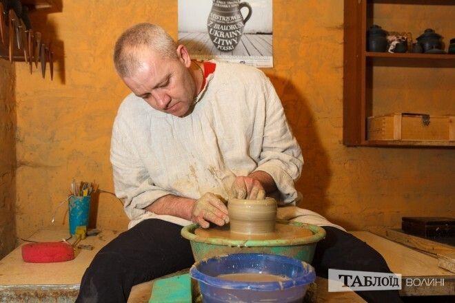 А майстер-клас даватиме волинський гончар із Липин Віктор Дудко. Фото «Таблоїд Волині».