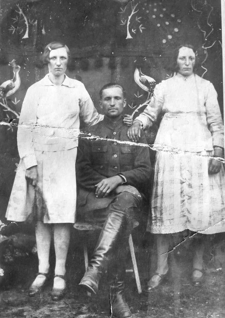Петро Хамуда здружиною Надією (ліворуч)  таїїсестрою Софією.