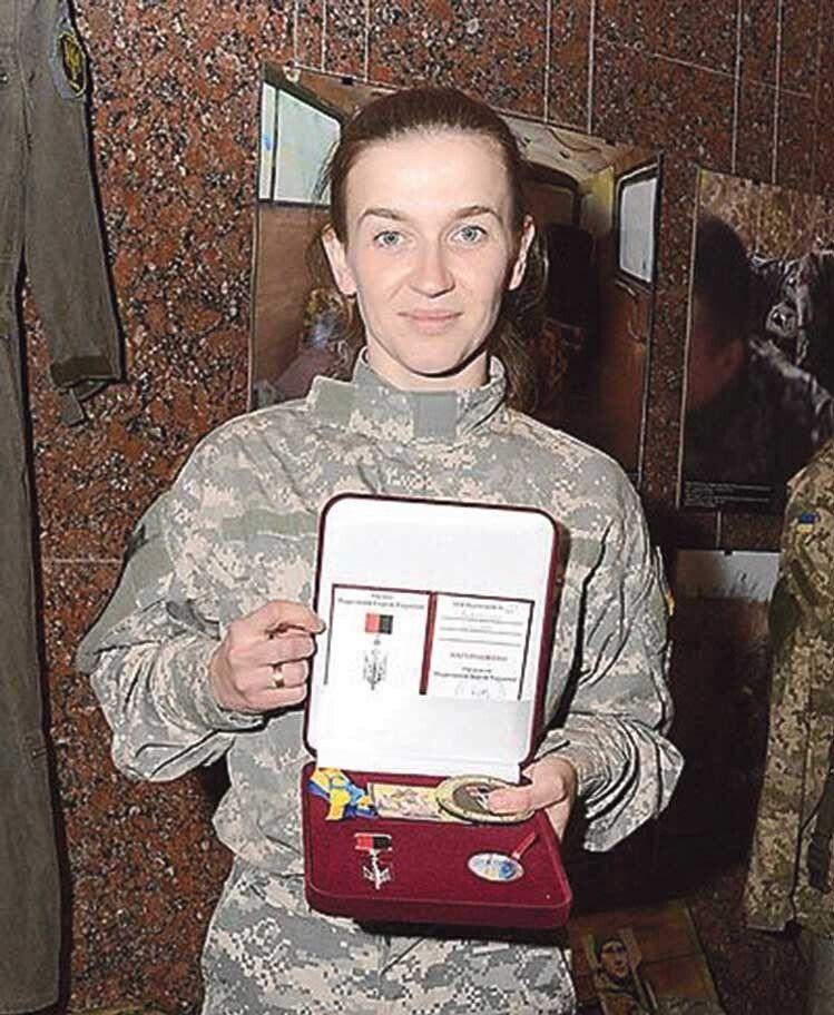 Дівчину–бійця нагородили срібним тризубом «Народний герой України». Її мама цим пишається.