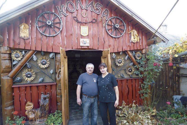 Є на обійсті Деменіків і колиба – справжній домашній музей,  в затишку якого збирається родина.