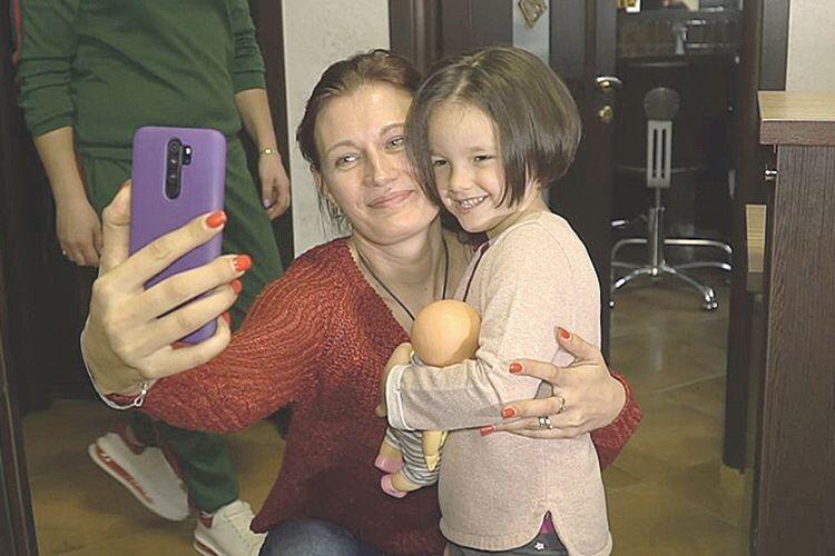 Волонтерка Надія Дмитрієва каже, що спершу з волосся хотіли зробити перуку для онкохворих дітей.