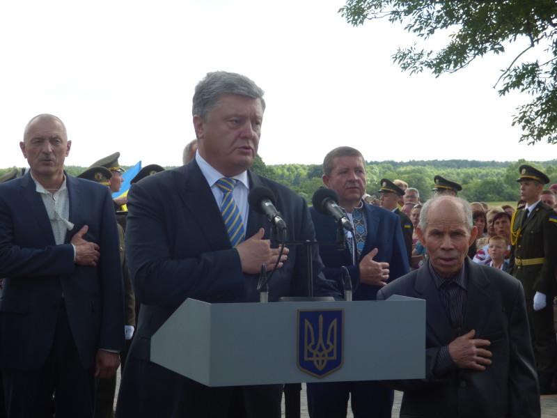 Президент запропонував разом виконати Гімн, і його дружно підтримали. Поряд — Віктор Козак та Володимир Янко.