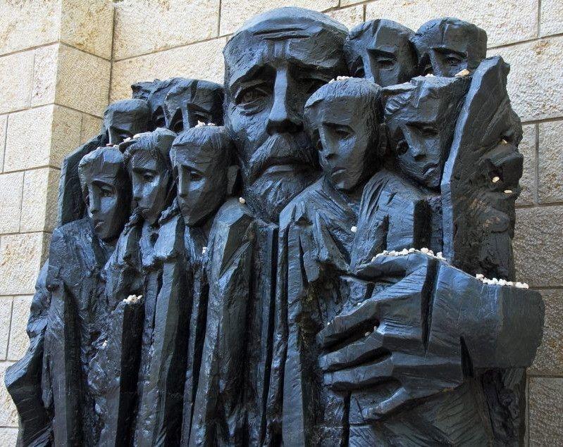 На постаменті в Єрусалимі майстерно переданий невимовний біль Учителя та його учнів