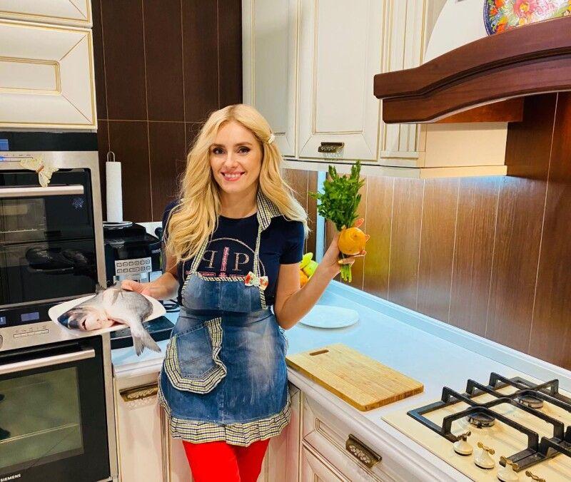Ірина запевняє,що більшу частину домашньої роботи завжди виконує сама. Часто ділиться усоцмережах знімками, деготує, займається уроками здітьми інавіть копає картоплю.