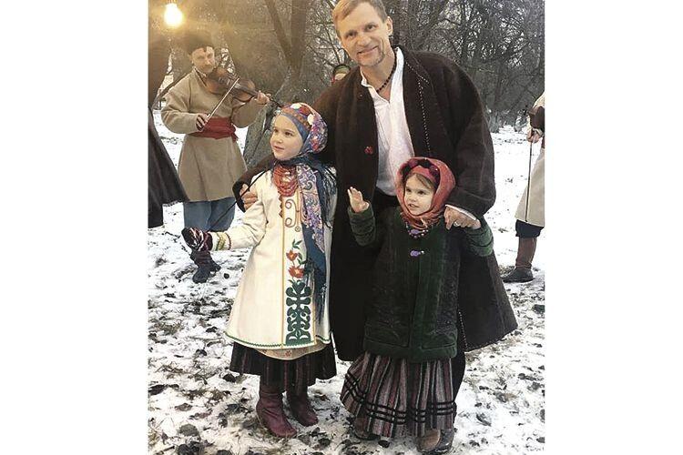 Доньки Олеся та Зоряна є наймолодшими у сім'ї Скрипок. Дівчатка – школярки і паралельно здобувають ще й музичну освіту.