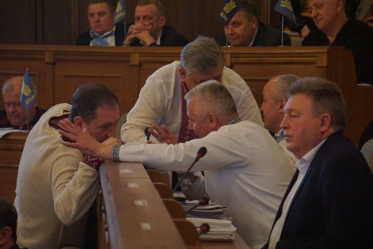 Перемовини між депутатами.