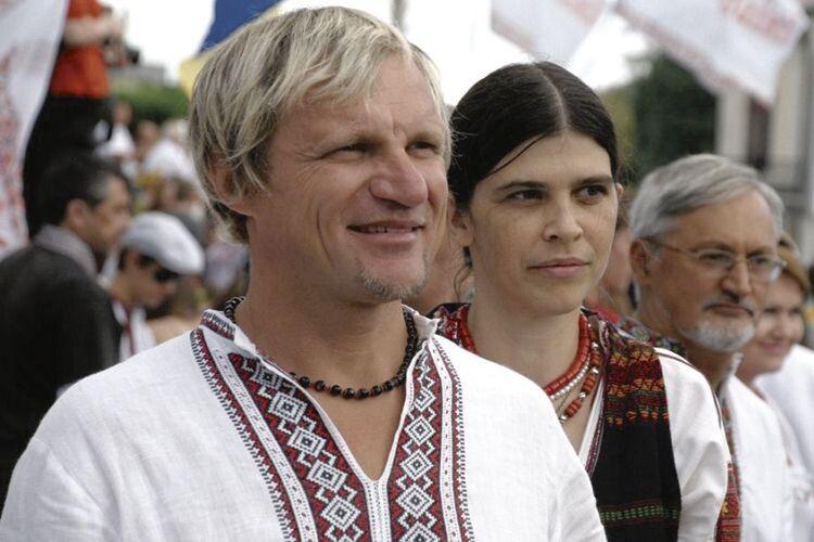 Наталка для Олега —  це якраз ота свита, котра, як у приказці, «робить короля». З таким надійним тилом можна не тільки фестиваль організувати, а й гори звернути.