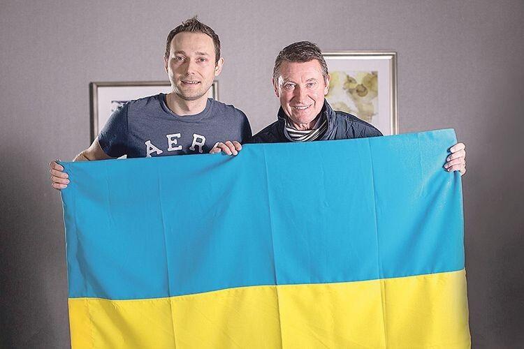 Найкращий хокеїст в історії Вейн Грецкі (праворуч) тримає синьо-жовте знамено разом із режисером документального фільму «Юкі» Володимиром Мулою.